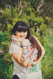 Gelukkige glimlachende mooie te zware jonge vrouw in witte T-shirt en sjaal met anker in openlucht Zekere vette jonge vrouw Royalty-vrije Stock Fotografie