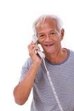 Gelukkige, glimlachende, ontspannen oude hogere mens die telefoon met behulp van Stock Foto