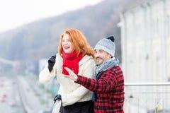 Gelukkige glimlachende paren die aan stadsgezicht richten Grappig paar die aan linkerzijde wijzen op Mens met meisje die op brug  stock afbeeldingen