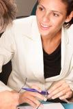 Gelukkige, glimlachende professionele vrouw, die met de mens spreken stock afbeeldingen