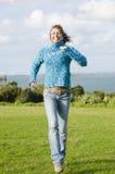 Gelukkige glimlachende rijpe vrouw die pret in park heeft Stock Afbeeldingen