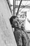 Gelukkige glimlachende tiener azië Latijns Amerika mexico tiener in een blauw GLB onder een luifel op een heldere zonnige dag royalty-vrije stock afbeelding