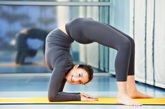 Gelukkige glimlachende vrouw bij gymnastiek- geschiktheidsoefening Royalty-vrije Stock Foto's
