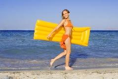Gelukkige glimlachende vrouw bij strand Royalty-vrije Stock Fotografie