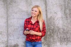Gelukkige glimlachende vrouw die haar smartphone voor het typen met van de de pretvreugde van de vriendencel cellphoner van het d royalty-vrije stock foto's
