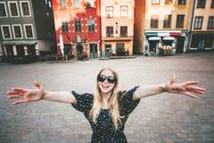 Gelukkige glimlachende vrouw die in Stockholm lopen stock afbeeldingen