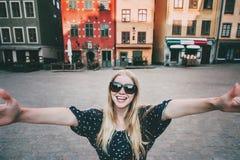 Gelukkige glimlachende vrouw die in Stockholm reizen royalty-vrije stock foto's