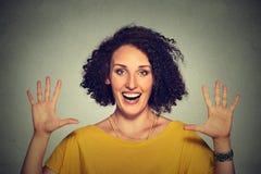 Gelukkige, glimlachende vrouw die vijf keer tekengebaar met handenvingers maken Royalty-vrije Stock Afbeelding
