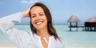 Gelukkige glimlachende vrouw op de zomerstrand royalty-vrije stock fotografie