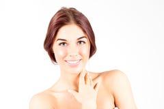 Gelukkige glimlachende vrouw wat betreft hals De zorgconcept van de huid De Vrouw van de schoonheid Royalty-vrije Stock Fotografie