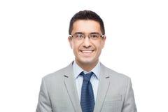 Gelukkige glimlachende zakenman in oogglazen en kostuum Stock Foto