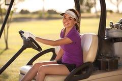 Gelukkige golfspeler die een golfkar drijven Stock Fotografie