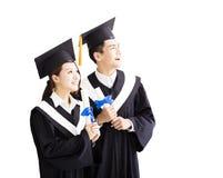Gelukkige graduatie die aan de Toekomst kijken stock foto