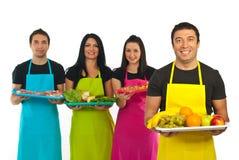 Gelukkige groentehandelaar en marktarbeiders stock afbeeldingen