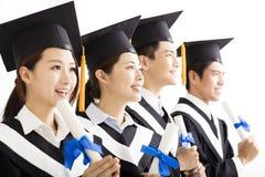 Gelukkige Groep die graduatie aan de Toekomst kijken royalty-vrije stock afbeeldingen