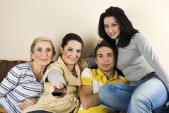 Gelukkige groep die op TV let Stock Foto's
