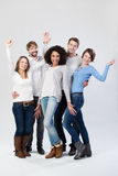 Gelukkige groep en vrienden die lachen golven Stock Afbeeldingen