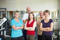 Gelukkige groep in gymnastiek Stock Foto's