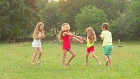 Gelukkige groep kleine vrienden die en samen in openlucht in de zomer spelen slaan Langzame Motie stock video