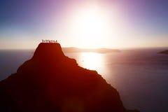 Gelukkige groep mensen, vrienden, familie op de bovenkant van de berg over oceaan het vieren succes Stock Afbeelding
