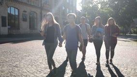 Gelukkige groep studenten die naar universiteit gaan stock videobeelden