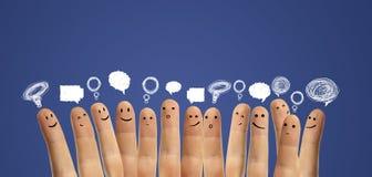 Gelukkige groep vinger met sociaal praatjeteken royalty-vrije stock foto's
