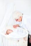 Gelukkige grootmoeder die aan pasgeboren kleinzoon spreken Royalty-vrije Stock Foto's