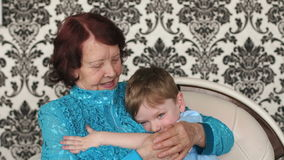 Gelukkige grootmoeder die haar kleinzoon koesteren stock footage