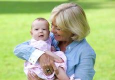 Gelukkige grootmoeder die leuke baby houden royalty-vrije stock fotografie