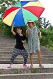 Gelukkige grootmoeder en kleindochter in de zonnige dag royalty-vrije stock foto