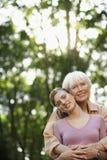 Gelukkige Grootmoeder en Kleindochter die in Park omhelzen royalty-vrije stock foto's