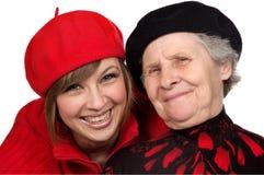 Gelukkige grootmoeder en kleindochter met baretten Stock Afbeelding