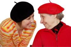 Gelukkige grootmoeder en kleindochter met baretten Stock Afbeeldingen