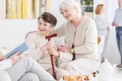 Gelukkige grootmoeders bij kinderdagverblijf stock foto's