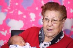 Gelukkige grote - grootmoeder met groot - kleinzoon Royalty-vrije Stock Foto's