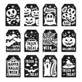 Gelukkige Halloween-markeringen geplaatst witte kleur op zwarte achtergrond met schedel, pompoen, spin, knuppel Stock Foto's