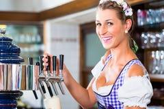 Gelukkige Herbergier in het Beierse bier van de bartekening Royalty-vrije Stock Foto's