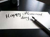 Gelukkige Herdenkingsdagkalligrafie en van letters voorziende prentbriefkaar De mening van het perspectief Een halfronde inschrij Stock Afbeelding