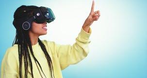 Gelukkige het glimlachen dame Afrikaanse etnisch gebruikend een virtuele werkelijkheidsglazen en met vinger selecteert zij een sp stock videobeelden