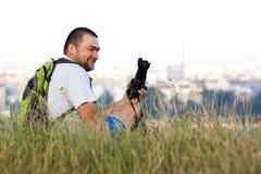 Gelukkige het glimlachen fotograafzitting in gras in de zomer met een nok Stock Foto