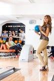 Gelukkige het Kegelenbal van de Vrouwenholding in Club Stock Foto