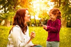Gelukkige het levenstijd - moeder met kind Royalty-vrije Stock Afbeelding