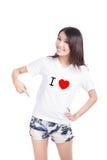Gelukkige het meisje toont witte T-shirt met Tekst (de liefde van I) Royalty-vrije Stock Foto