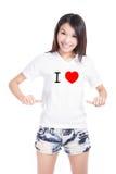Gelukkige het meisje toont witte T-shirt met Tekst (de liefde van I) Royalty-vrije Stock Afbeelding