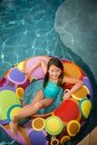 Gelukkige het water van het kindmeisje zwemt Stock Fotografie