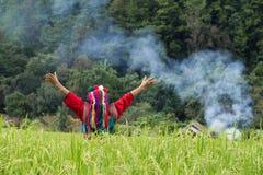 Gelukkige heuvelstam in kleurrijke het kostuumkleding van het padiepadieveld Royalty-vrije Stock Foto