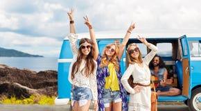 Gelukkige hippievrienden bij minivan auto op eiland Royalty-vrije Stock Fotografie