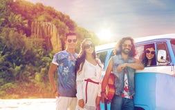 Gelukkige hippievrienden bij minivan auto op eiland Royalty-vrije Stock Foto's