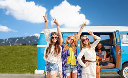 Gelukkige hippievrienden bij minivan auto in openlucht Stock Foto's