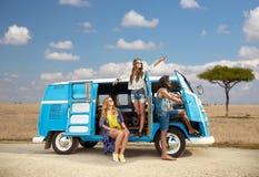 Gelukkige hippievrienden in minivan auto in Afrika Stock Afbeeldingen